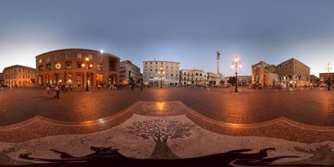 Lecce panoramica a 360° di Piazza S. Oronzo, con l'Anfiteatro, il Sedile e il santo sulla colonna