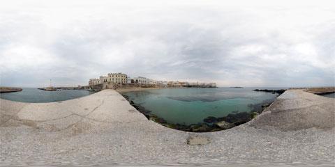 Gallipoli veduta dal molo sud del porto del Lazzaretto sulle Mura antiche e Seno della Purità con panoramica a 360°