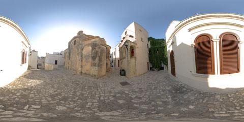 Otranto panoramica a 360° della Chiesa Bizantina nel centro storico pavimentato in basolato