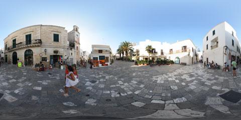 Otranto panoramica a 360° di Piazza del Popolo, con i suoi negozietti di souvenirs e il pavimento in basolato