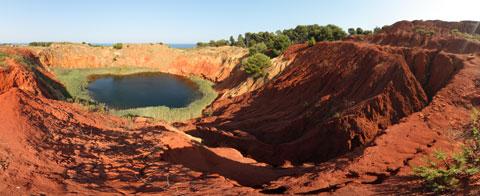 Foto panoramica a 360° delle Cave di Bauxite di Otranto e del laghetto verde